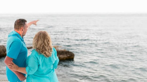 海を楽しむ高齢者の観光客のカップル