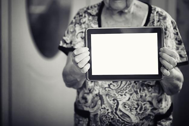 태블릿을 들고 노인 여성