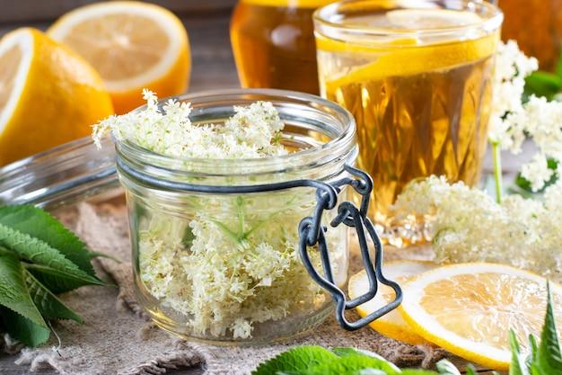 엘더베리 꽃과 레몬 음료. 치유 팅크는 엘더베리 꽃으로 만든 약입니다. 집에서 만든 개념입니다.