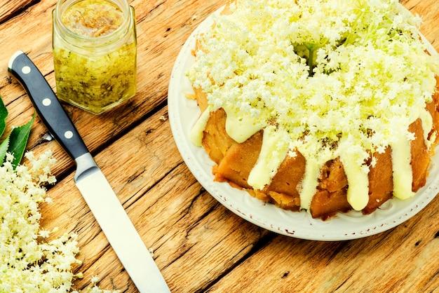 엘더베리 파이 또는 머핀, 달콤한 소박한 케이크.
