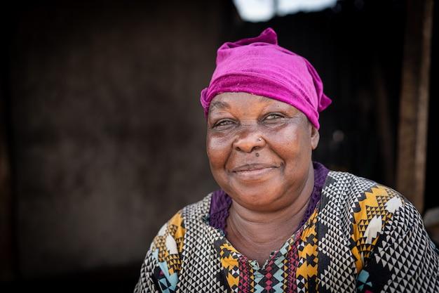 Реальный портрет пожилой африканской черной женщины