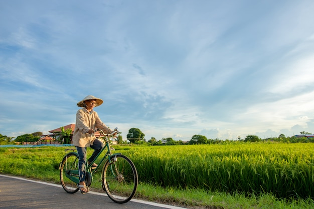 自転車に乗るアジアの高齢農家