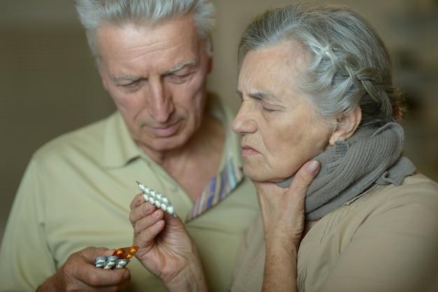 집에서 독감에 걸린 백인 노인 부부