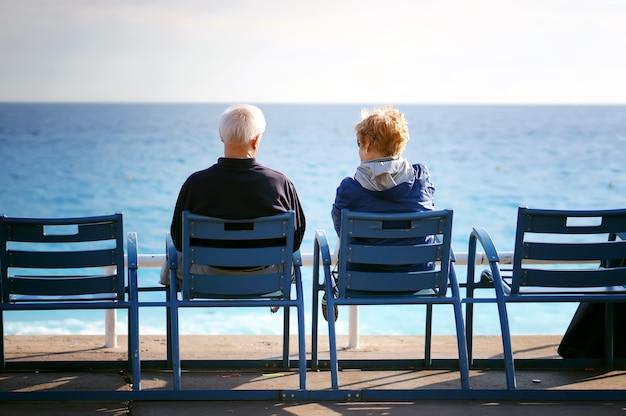 海の景色を眺めながら老夫婦