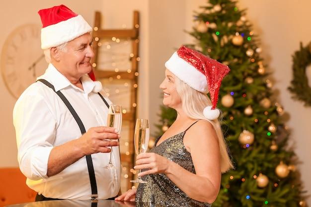 家でクリスマスを祝う老夫婦
