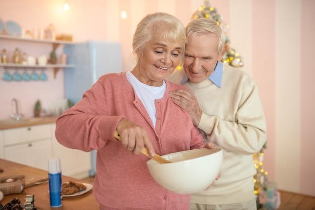 キッチンで料理をする老夫婦