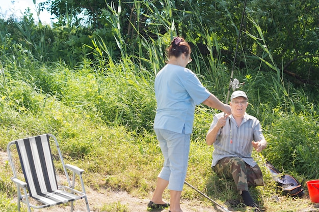 호수에 하루 낚시를 즐기는 노인 부부