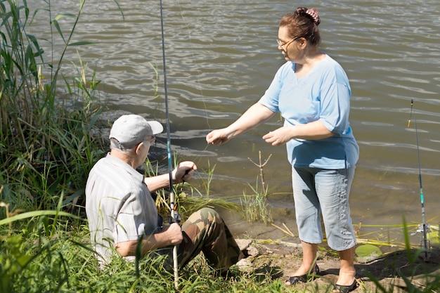 淡水湖で釣りをする老夫婦