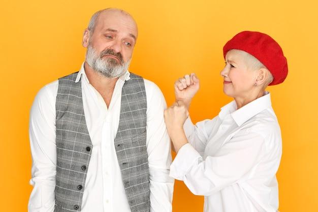 Coppia di anziani che hanno lotta