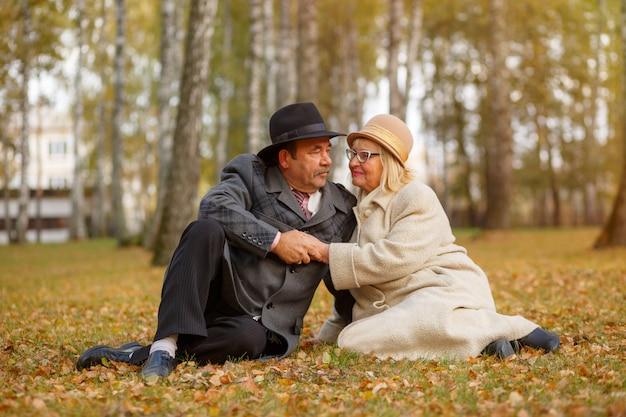 秋の公園で老夫婦