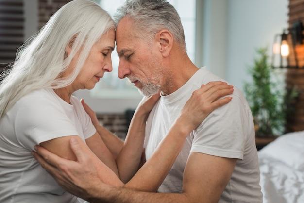 老夫婦がお互いを見て