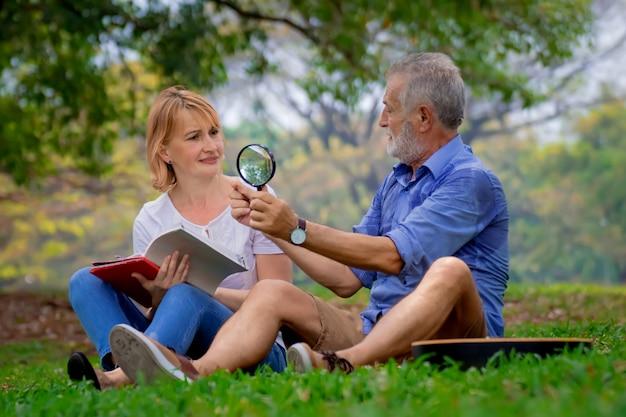 公園でリラックスしている高齢者のカップル