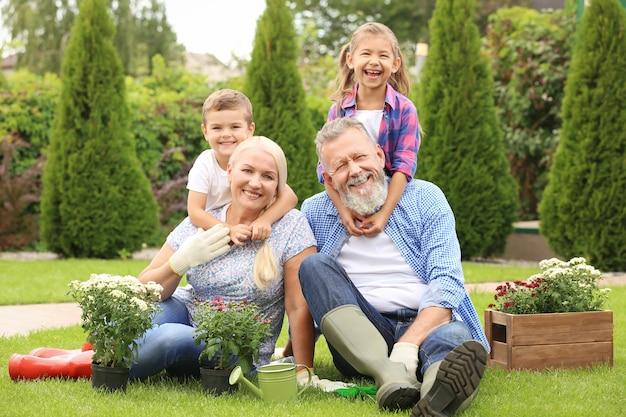 Пожилая пара с внуками в саду