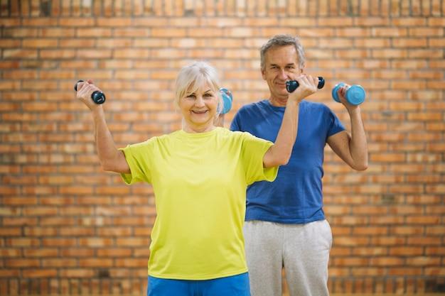 노인 부부는 체육관에서 운동을