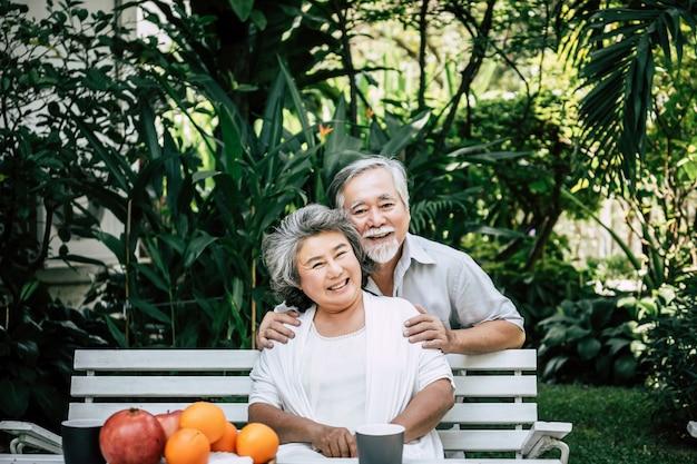 노인 커플 재생 및 과일을 먹는
