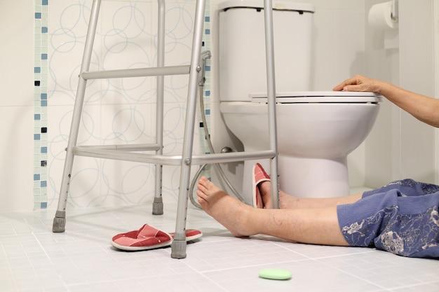 Падение пожилого человека в ванной из-за скользкой поверхности