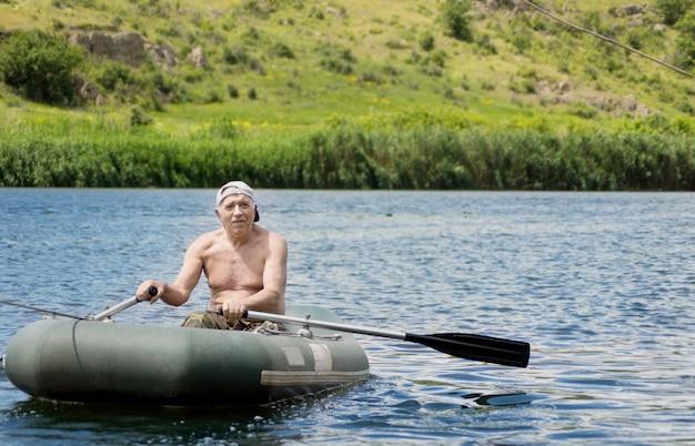 호수 건너 노를 노인 어부