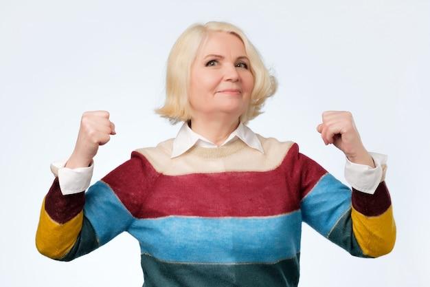 自慢している高齢者の幸せな年配の女性