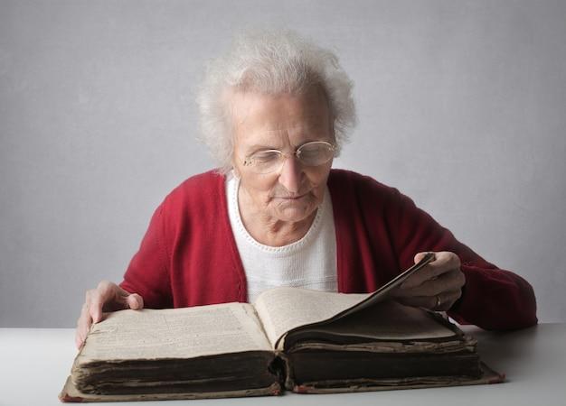 Elderly lady reading a kodex