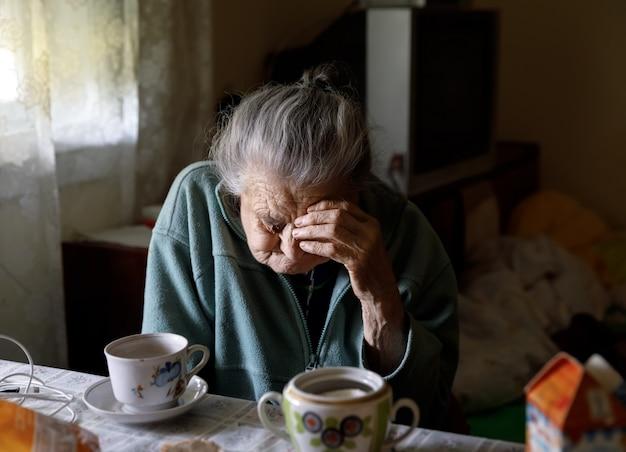 高齢者の孤独な女性
