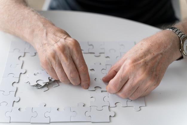 Uomo anziano alle prese con la malattia di alzheimer