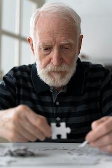 Пожилой мужчина борется с болезнью альцгеймера