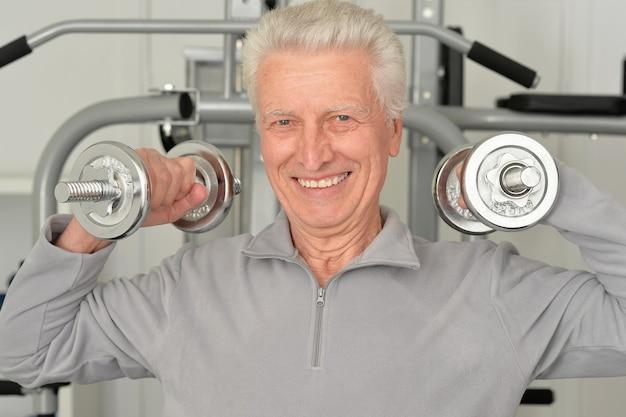 운동 중 체육관에서 노인