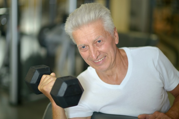 체육관에서 노인입니다. 아령으로 운동