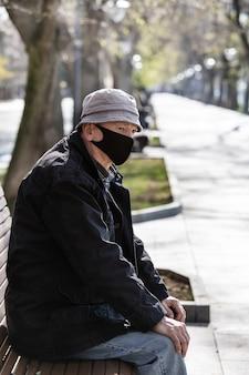 Пожилой мужчина в медицинской маске