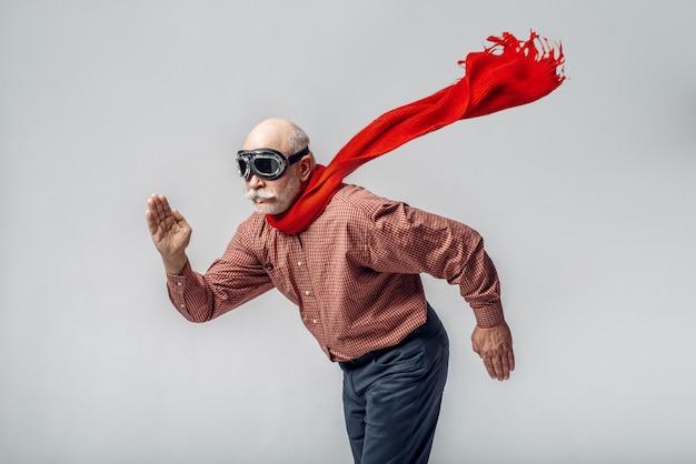 Пожилой мужчина в красном шарфе и пилотных очках Premium Фотографии