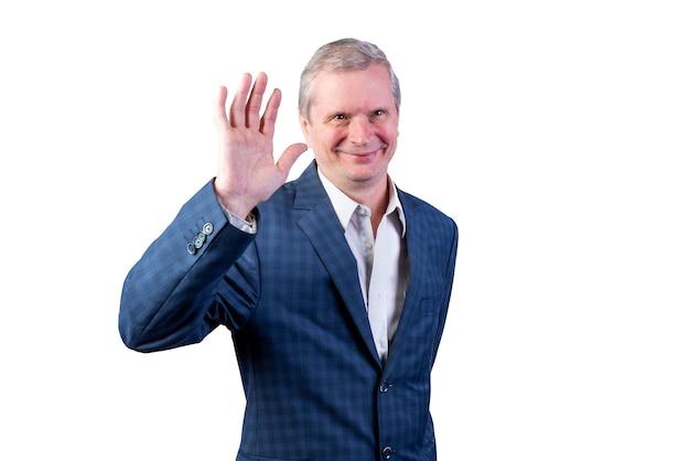 手を振っているスーツを着た老人。白い背景で隔離。あらゆる目的のために。