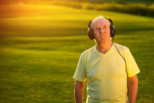 Пожилой мужчина в наушниках
