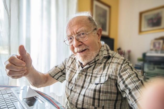 老人が自宅で自分撮り写真を撮っています