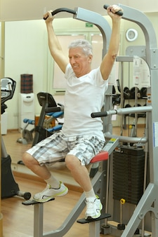 ジムでスポーツをしている老人