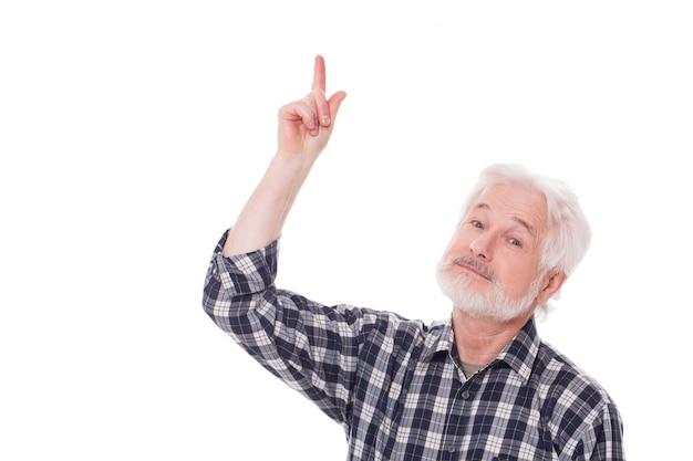 老人は何かを示しています