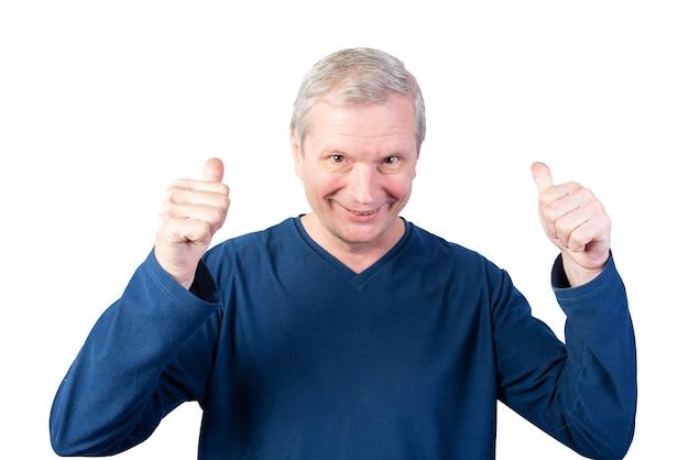 老人は親指を立てます。白い背景で隔離。あらゆる目的のために。