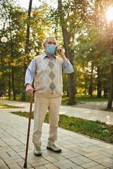 公園で携帯電話で話している老人