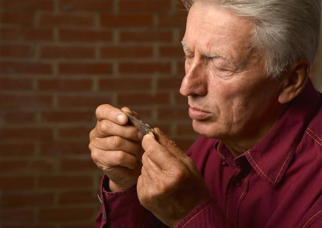 약으로 치료하는 노인, 클로즈업