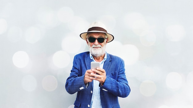 携帯電話を使う老人