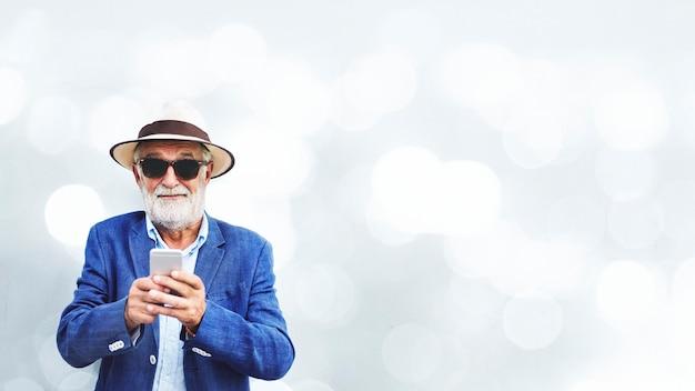 휴대 전화를 사용하는 노인