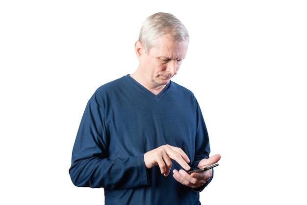 スマートフォンを持った老人。白い背景で隔離。あらゆる目的のために。
