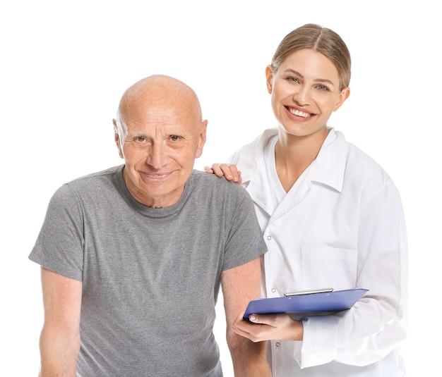 白い背景の上の医者と老人