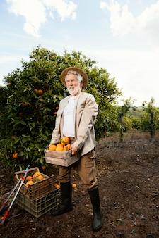 Пожилой мужчина со свежими апельсинами