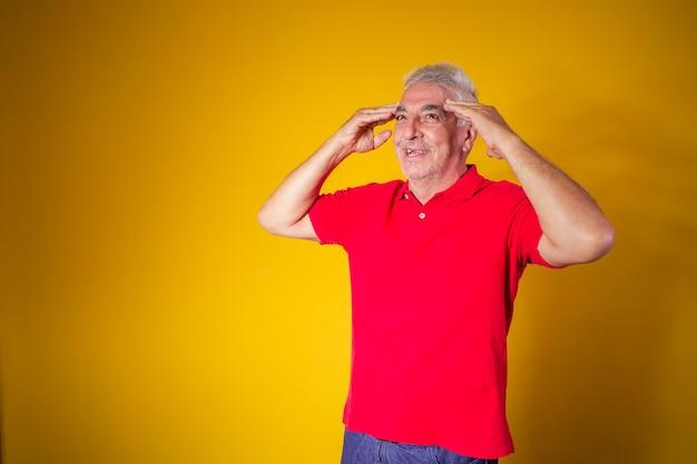 Пожилой мужчина с рукой за голову с концепцией болезни альцгеймера, забывчивости или даже головной боли