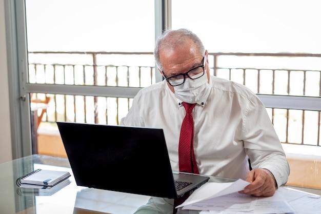パンデミック時に在宅勤務の老人