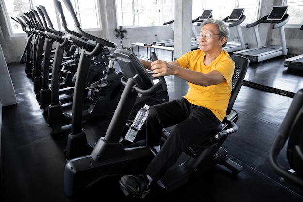 Elderly men are exercising in the gym.