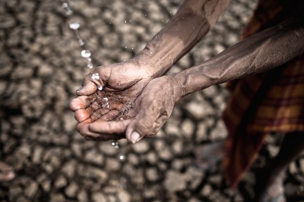 Пожилые мужчины подвергаются воздействию дождевой воды в сухую погоду, глобальное потепление