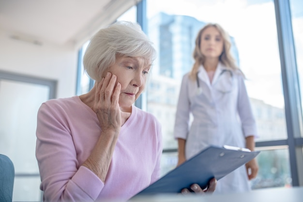 Пожилой пациент чувствует беспокойство после прочтения результатов анализов