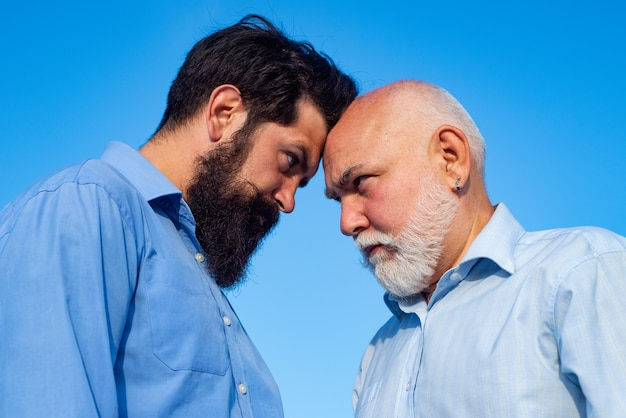노인 연금 수급자와 힙 스터 아들. 두 세대-함께 주말. 아버지와 아들이 편안하게