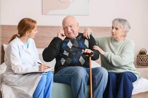 Пожилые люди, страдающие психическими расстройствами, и врач на дому
